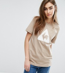 Le Coq Sportif Exclusive To ASOS Flocked Logo T-Shirt In Camel - Cream