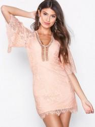 Love Triangle Sway My Way Lace Mini Dress Kropsnære kjoler Koral