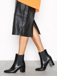 River Island Pointed Clean Boot Heel Black