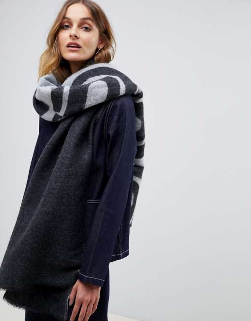 Priser på ASOS DESIGN 500 logo long woven scarf - Grey